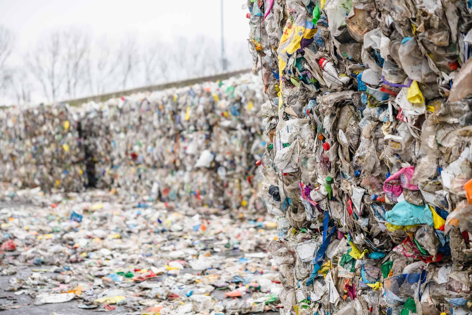 afvalberg met allemaal plastic.