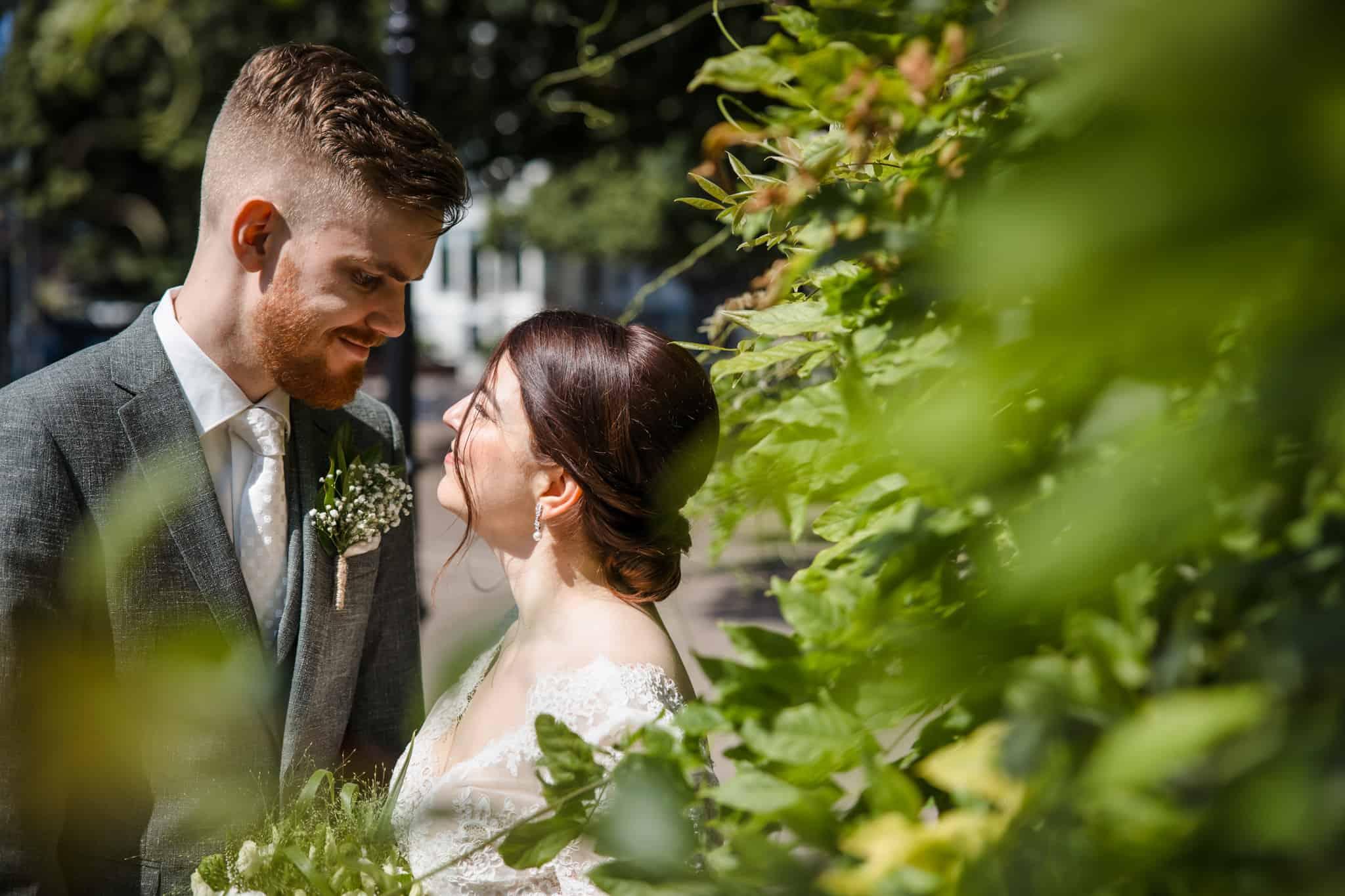 Bruidsfotografie door de bosjes het stel gefotografeerd.